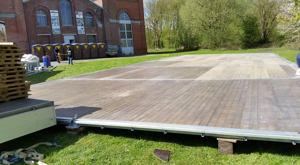 Location plancher en bois avec structure et plancher en pvc for Plancher pvc exterieur