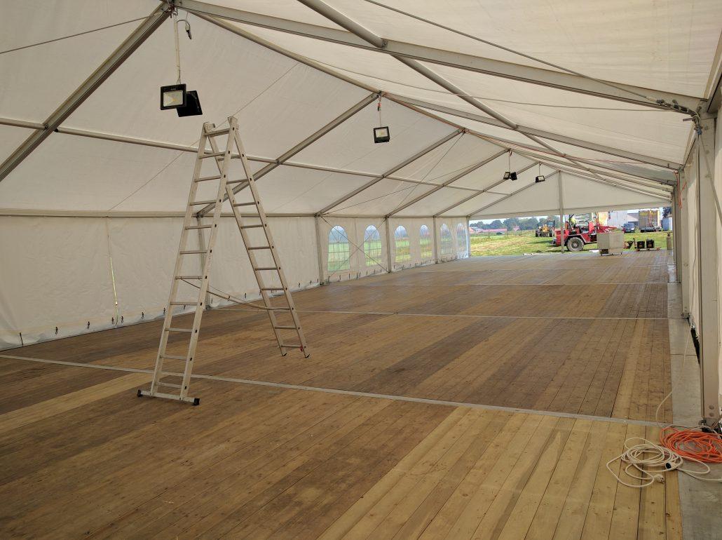Location plancher en bois avec structure et plancher en pvc for Plancher exterieur pvc